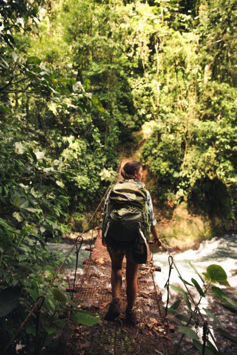 chica caminando en medio de la selva