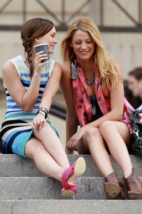 chicas sentadas tomando café conversando