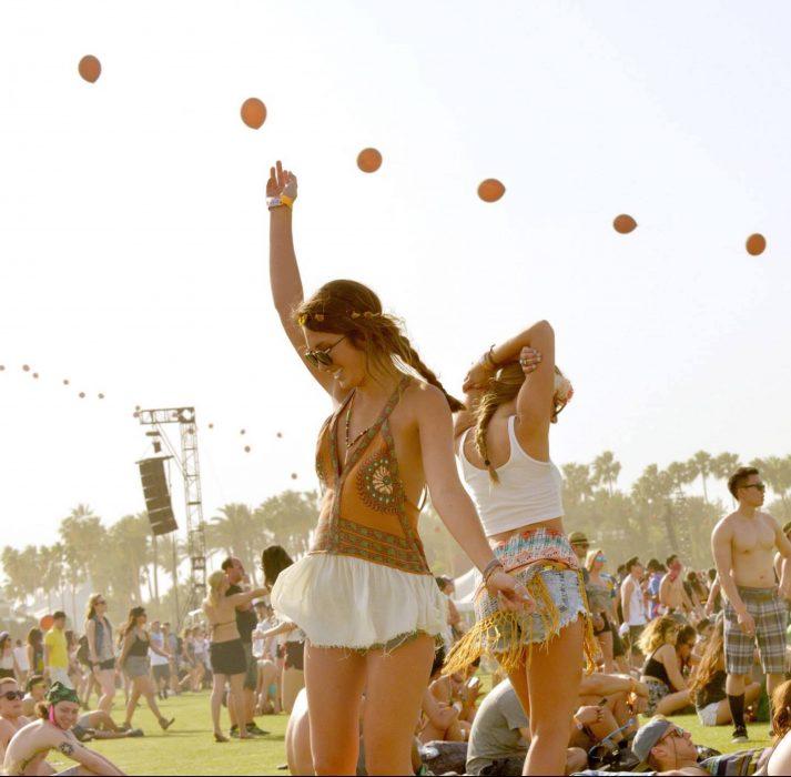 chicas bailando en el festival coachella 2015
