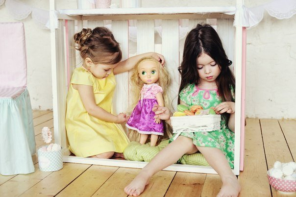 niñas jugando a las muñecas
