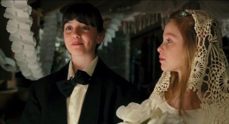niñas jugando a realizar una boda