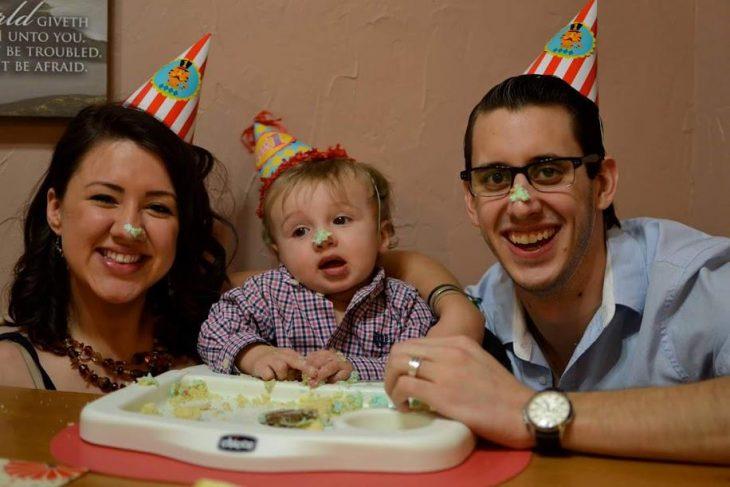 Stevens Nelms con su esposa en el cumpleaños de su hijo