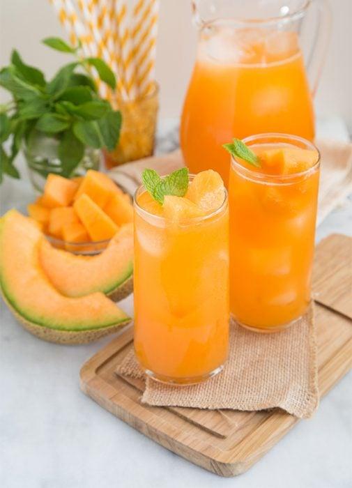 jarra y vaso con agua de melón