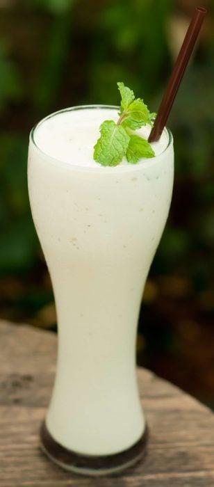 vaso con agua de coco y menta
