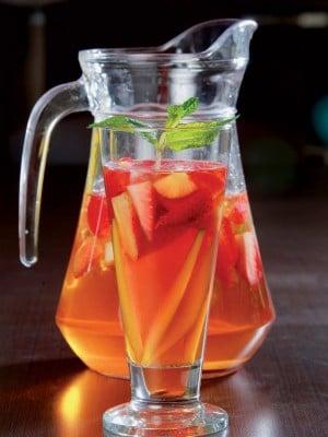 jarra con agua de mango y fresas