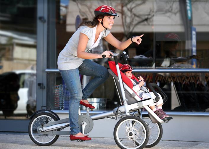 mujer paseando a su bebé en una carriola