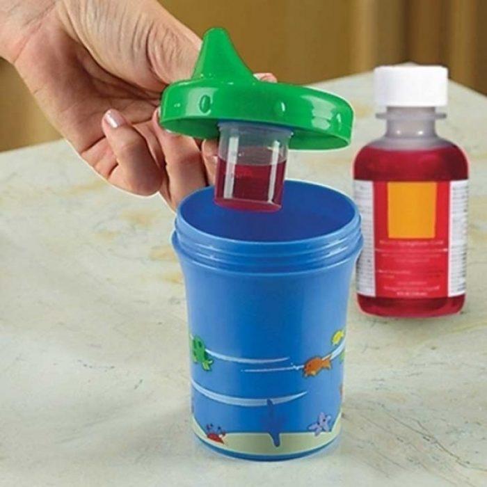 vaso entrenador que permite ocultar medicina para que el bebé se la tome