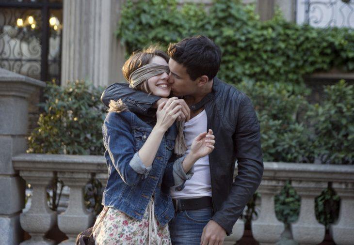 Escena de la película 3msc donde el protagonista va y recibe a su chica en una moto y le cubre los ojos con una venda