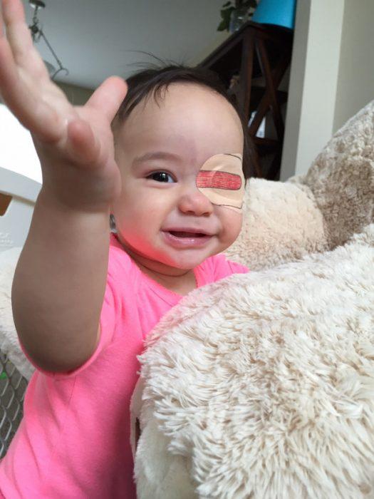 niña jugando usando un parche en el ojo