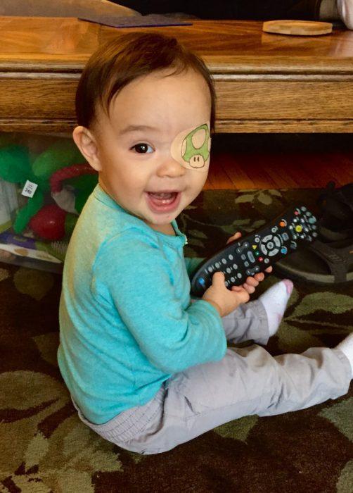 niña sosteniendo en sus manos un control remoto