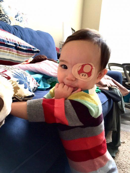 niña usando un parche en el ojo en forma de hongo