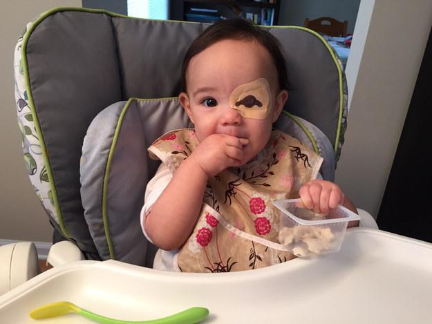 niña sentada en una periquera comiendo