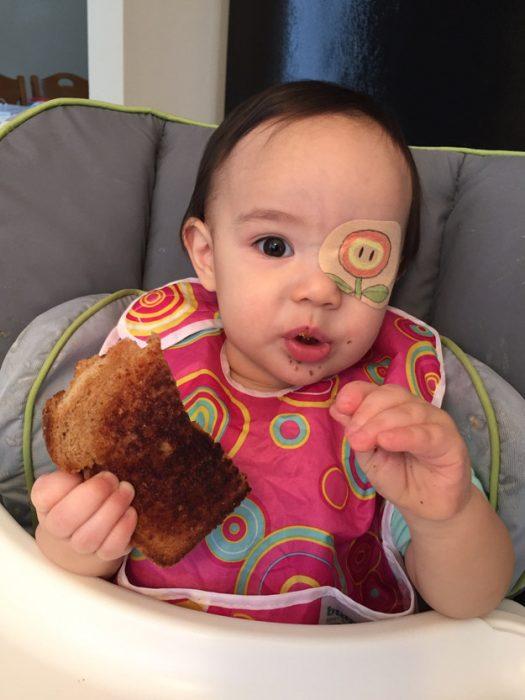 niña comiendo un pan