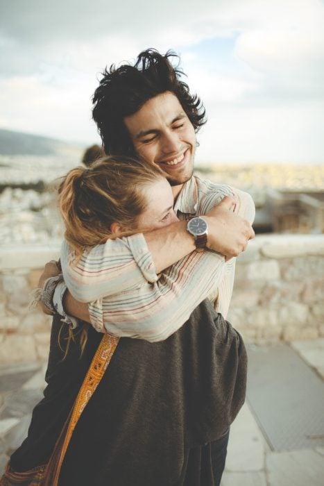 pareja de novios abrazados en medio de la calle