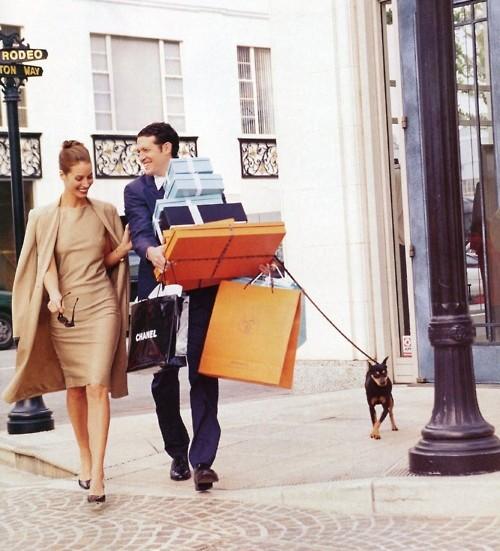 pareja de novios comprando ropa
