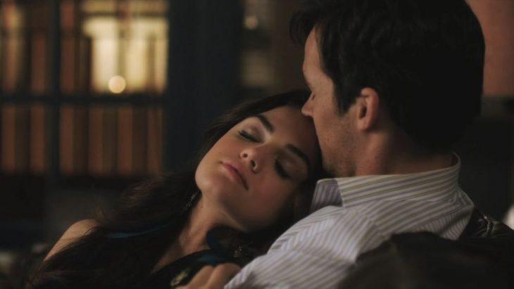escena de la serie pretty little liars aria durmiendo junto a ezra