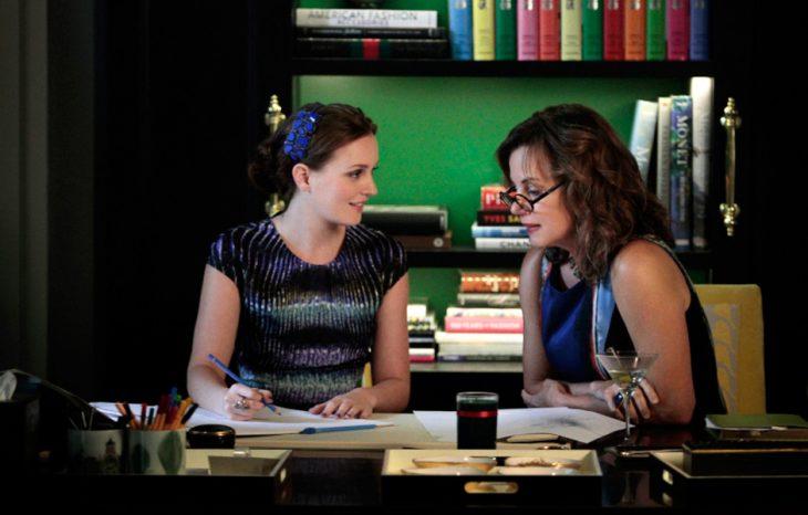madre e hija hablando en un estudio rodeada de libros