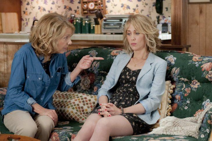 madre regañando a su hija que esta sentada en el sofá de la sala