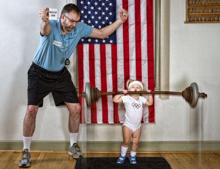 niña levantando pesas y su papá apoyándola