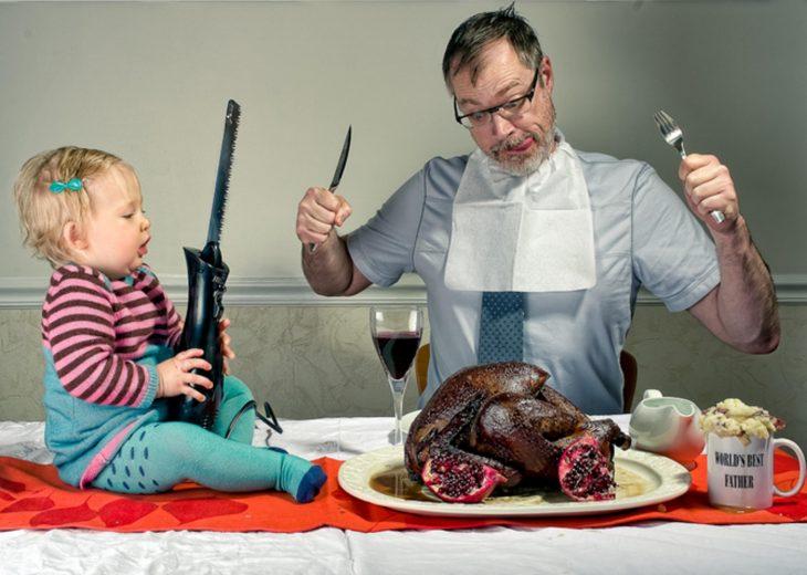 hombre y niña cortando un pavo para la cena