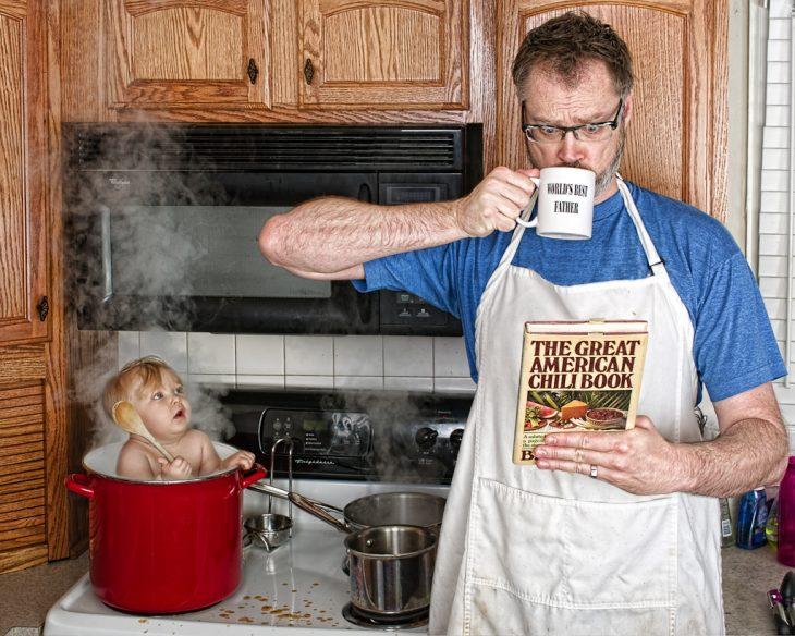 hombre cocinando a una bebé en una olla mientras lee un recetario
