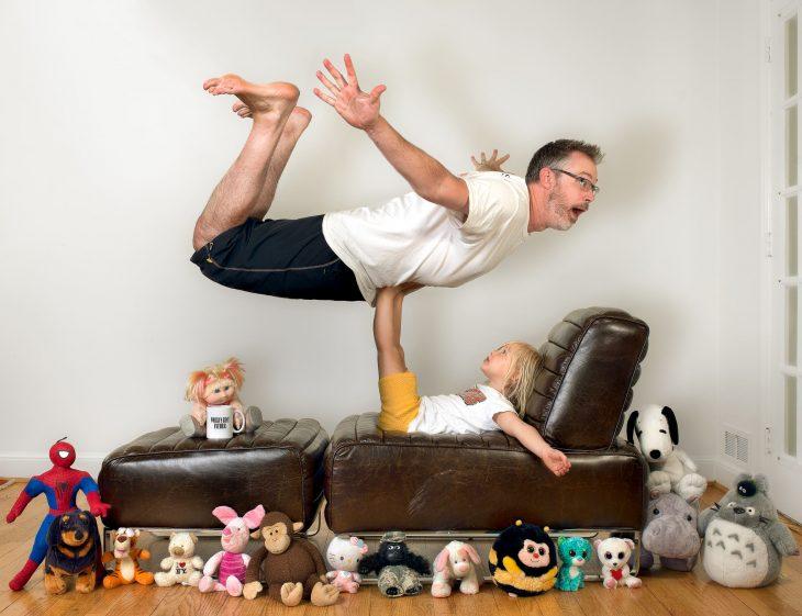 hombre y niña haciendo yoga