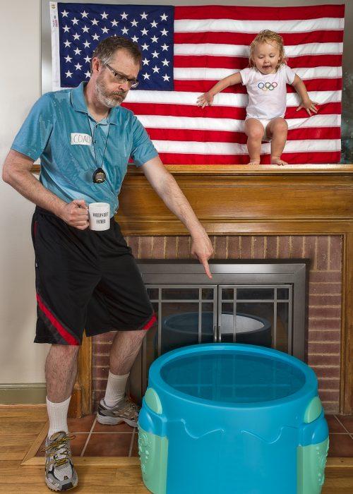 hombre obligando a que una niña se aviente al agua