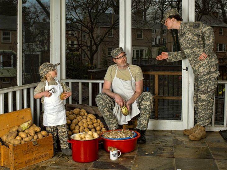 hombre y su hija pelando papas mientras son mandados por una general del ejercito