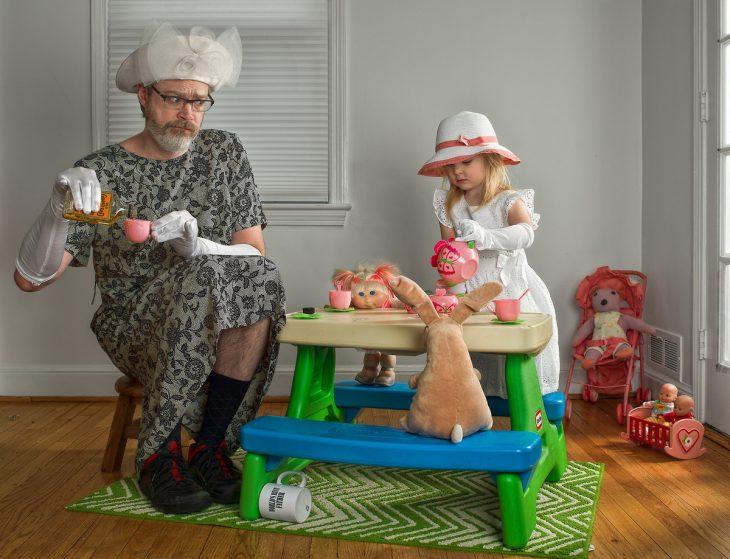 hombre y niña tomando el té vestidas de señoras