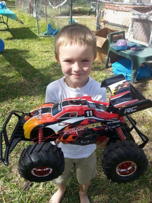 Niño con autismo y su carro de control remoto