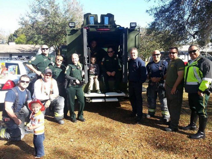 Policías y bomberos en la fiesta de cumpleaños de un niño con autismo