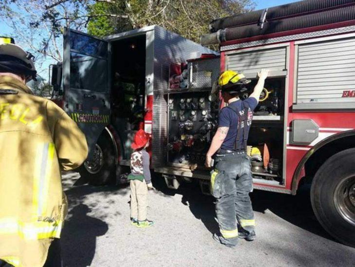 Niño con autismo en mirando un camión de bomberos