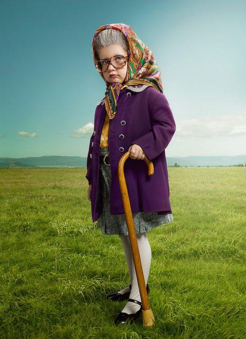 nila vestida de viejita usando un bastón