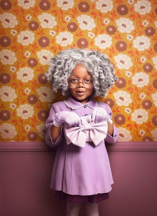niña vestida de abuelita