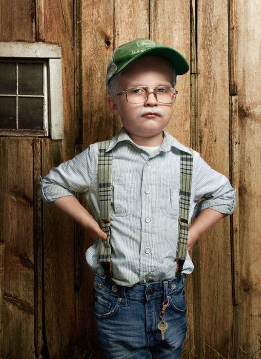 niño vestido de un anciano granjero
