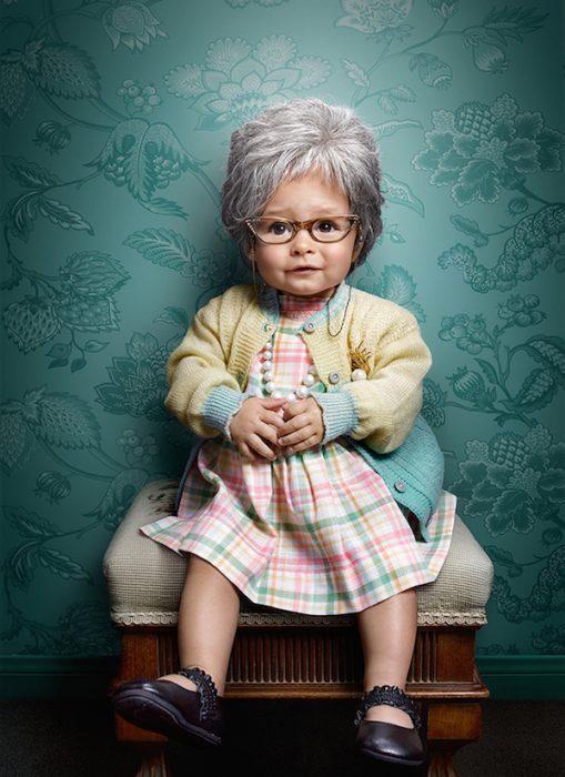 niña sentada en un banco vestida de adorable ancianita
