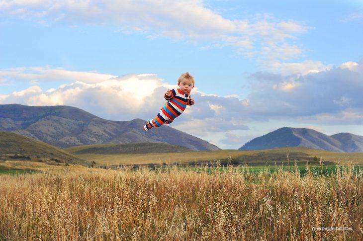 niño volando sobre un campo