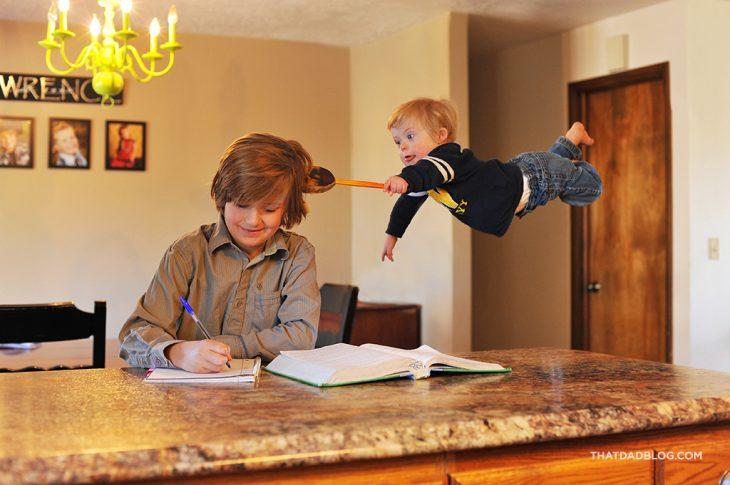 bebe volando sobre la cabeza de su mamá limpiandola