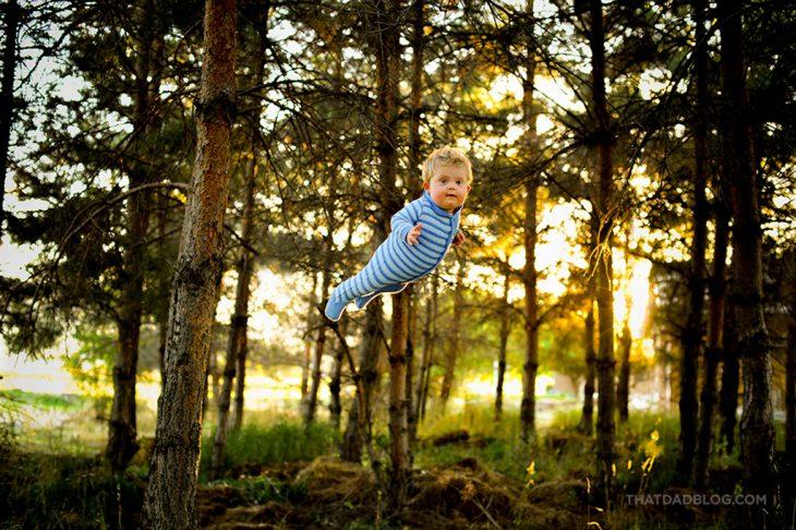 niño volando sobre los árboles
