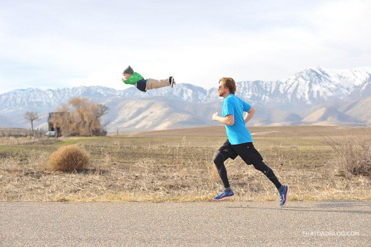 papá corriendo atrás de su hijo
