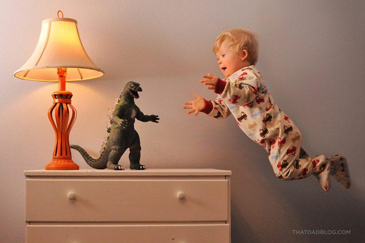 niño tratando de alcanzar un juguete de una repisa