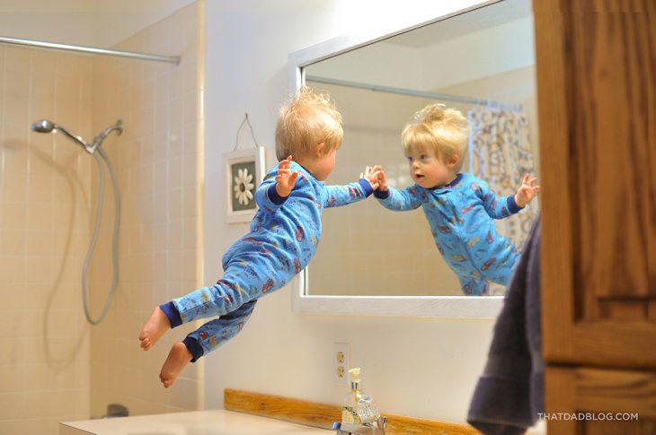 niño viendo su reflejo en un espejo
