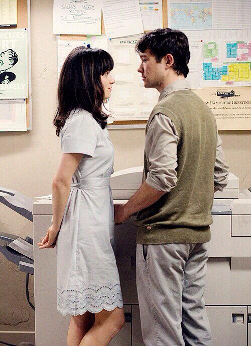 personajes de la película 500 días con ella frente a frente mientras están en un cuarto de copiado