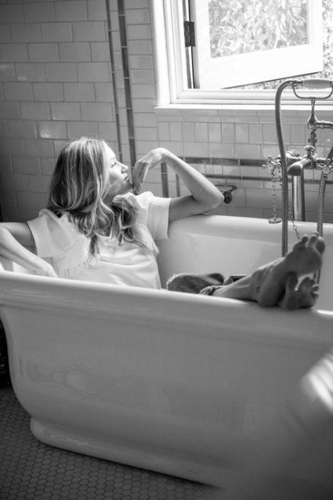 chica en una bañera acostada y despreocupada