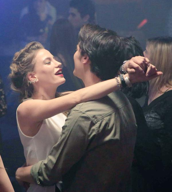pareja de novios bailando en un antro