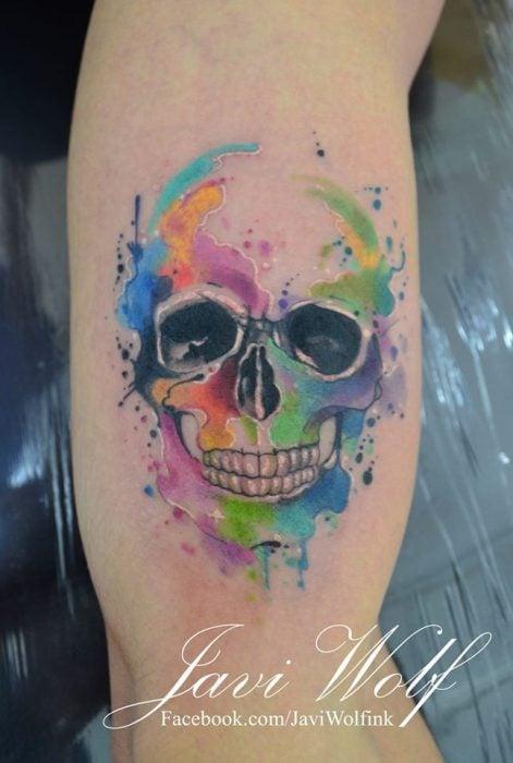 calavera tatuada con la técnica de acuarela