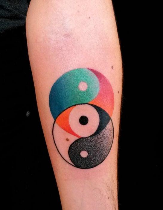 Ying yang en negro y a colores