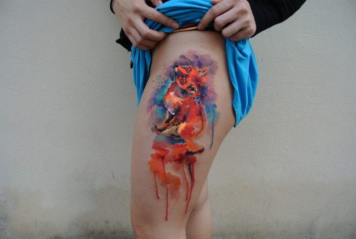 zorro tatuado en una pierna al estilo acuarela