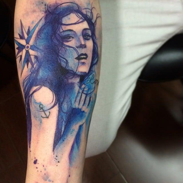Mujer tatuada al estilo acuarela
