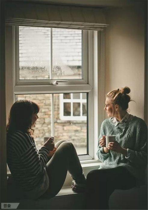 Amigas platicando mientras toman café